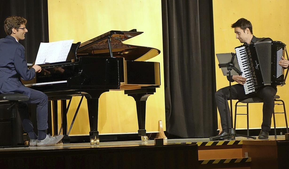 Der Akkordeonist Predrag Tomic und der... aus dem Saal der Musikschule Lörrach.    Foto: Roswitha Frey