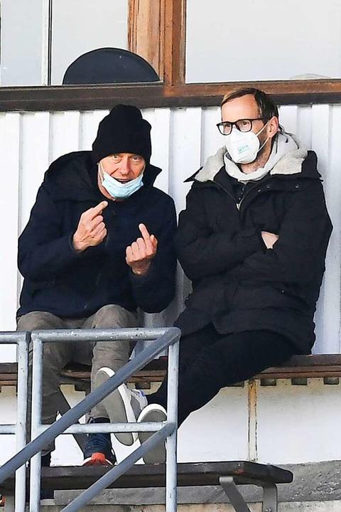 SC-Chefcoach Christian Streich (links)...U23 auf der Tribüne des Möslestadions.  | Foto: Achim Keller
