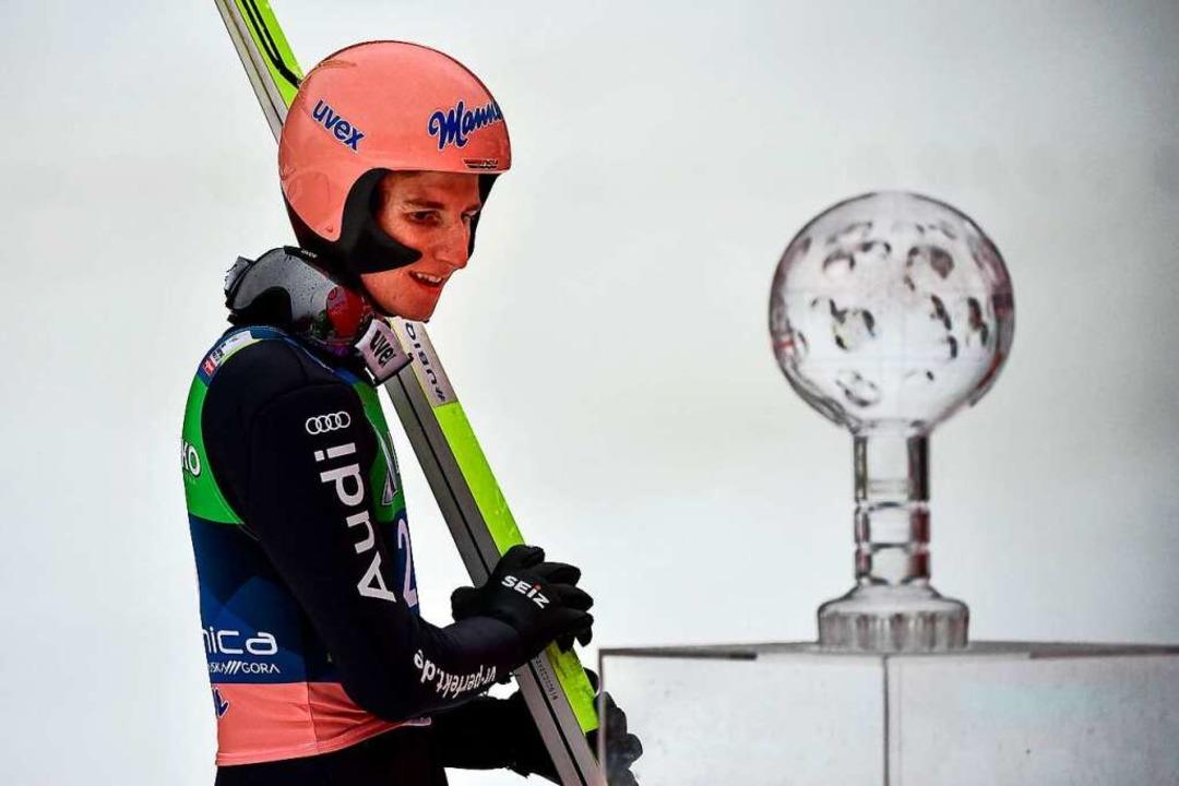 Karl Geiger gewinnt am Ende der Saison...e Kristallkugel als bester Skiflieger.  | Foto: JURE MAKOVEC (AFP)
