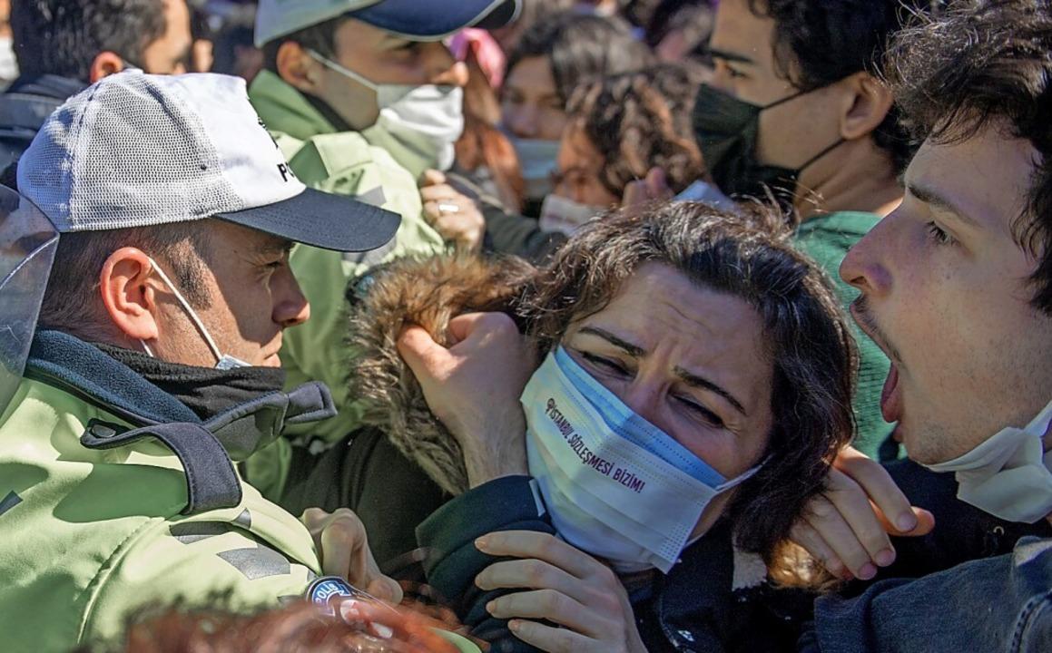 Türkische Polizei blockiert am Samstag einen Protestmarsch in Istanbul.  | Foto: BULENT KILIC (AFP)