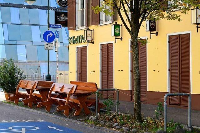 Welche Sperrzeiten gelten in Freiburg bei der Bewirtung von Außenflächen?