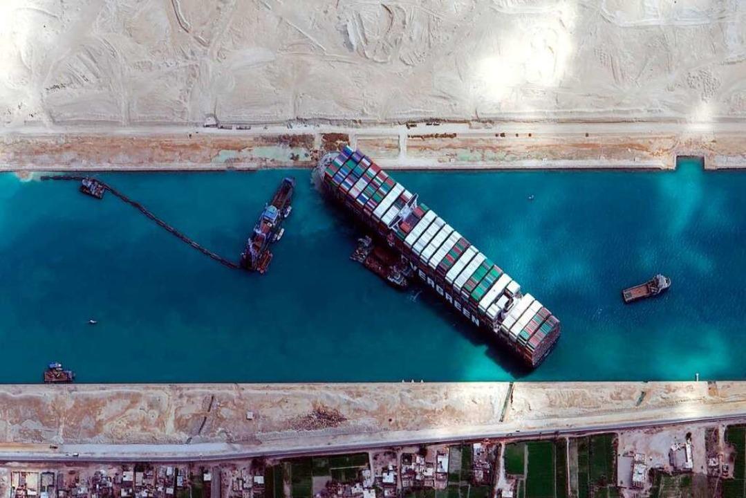 Das Frachtschiff steht im Suezkanal in der Nähe von Suez.    Foto: ©maxar Technologies (dpa)