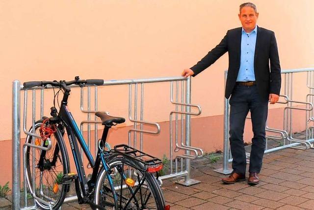 Neue Fahrradständer: Schopfheims Bürgermeister zahlt seine Wettschulden