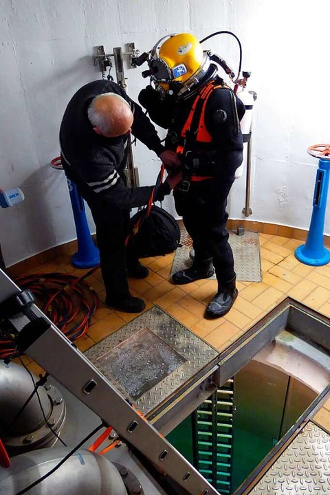 Dieses Archivbild zeigt einen Taucher vor dem Einsatz im Tiefbrunnen    Foto: Helmut Seller