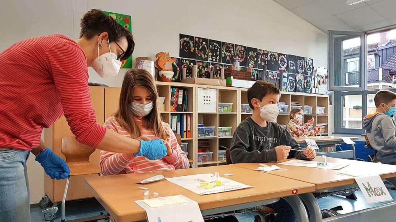 In der Klasse 3b  der Grundschule Fahr...tter Tanja Heller bei den Selbsttests.  | Foto: Gerald Nill