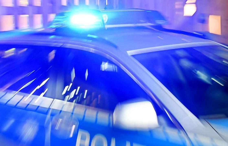 Die Polizei hat die AMpelkreuzung der B 3 bei Windschläg nach Unfall gesperrt.  | Foto: Carsten Rehder