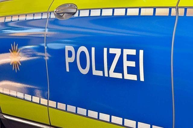 Staatsschutz ermittelt wegen Aufklebern in Freiburg, auf denen gegen russischen und chinesischen Impfstoff gehetzt wird