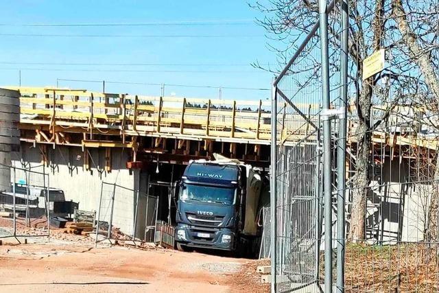 Lastwagen folgt Navi und rammt nagelneue B31-Brücke bei Löffingen