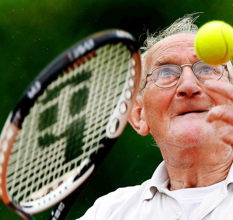 Tennis kann man auch mit 90 noch spiel...dieser niederländische Senior beweist.  | Foto: usage Germany only, Verwendung nur in Deutschland