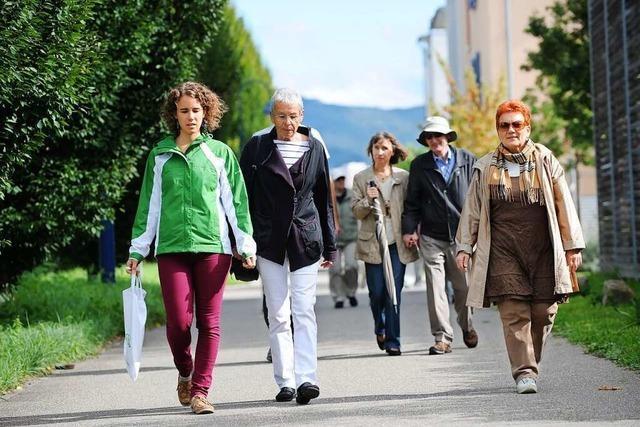 In Freiburg-Rieselfeld gehen Bewohner gemeinsam spazieren