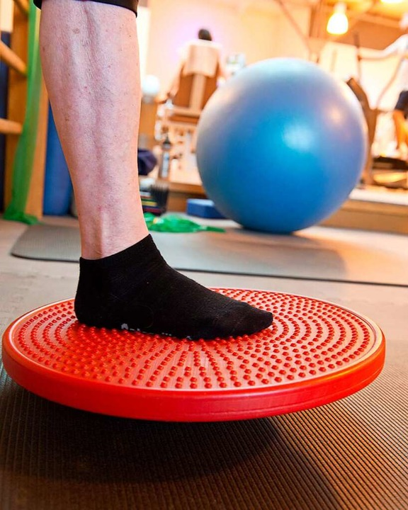 Balancieren mit einem Fuß – eine Übung zur Sturzprophylaxe  | Foto: Patrick Seeger