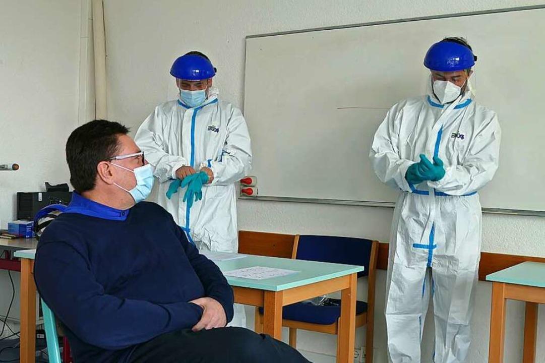 Ein Klassenzimmer im GBG wurde zum Cor...Test von Rektor Volker Habermaier vor.  | Foto: Verena Pichler
