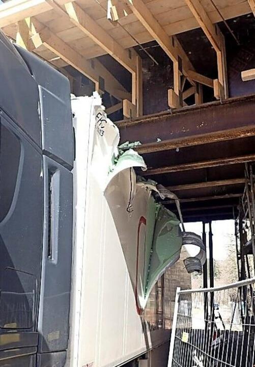 Der  Sattelzug  wurde an der Unterkons...cke intakt ist, muss sich noch zeigen.    Foto: Polizei