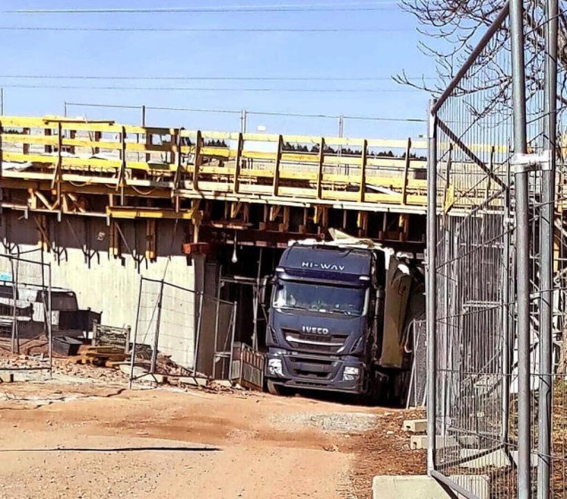 Der Fahrer des Sattelzugs war  dem Nav... unter der  Brücke hindurch schaffen.     Foto: privat