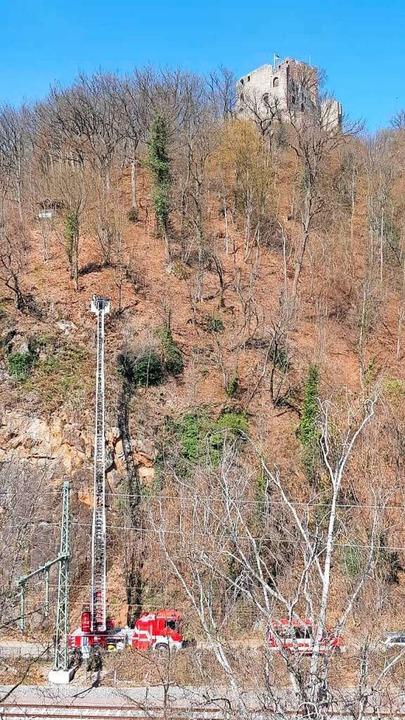 Gerettet vom Felsvorsprung : Bei dem R...aren Drehleiter einmal mehr erkennbar.  | Foto: Thilo Haberstroh