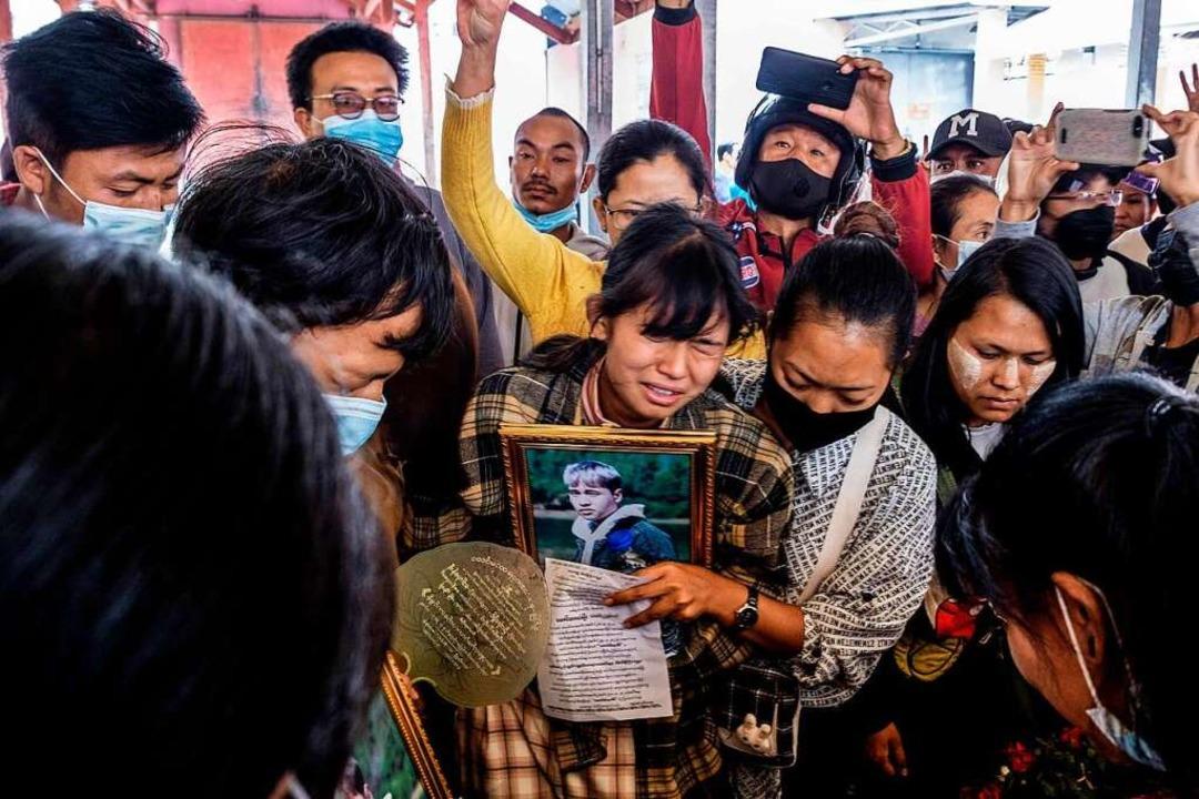 Eine Mutter trauert um ihren bei den Protesten getöteten Sohn.  | Foto: STR (AFP)