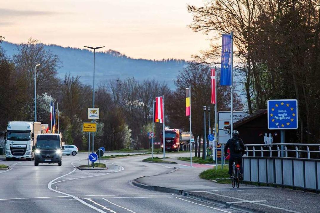 Ein Pendler fährt mit dem Fahrrad über...nbrücke bei Breisach nach Deutschland.  | Foto: Philipp von Ditfurth (dpa)