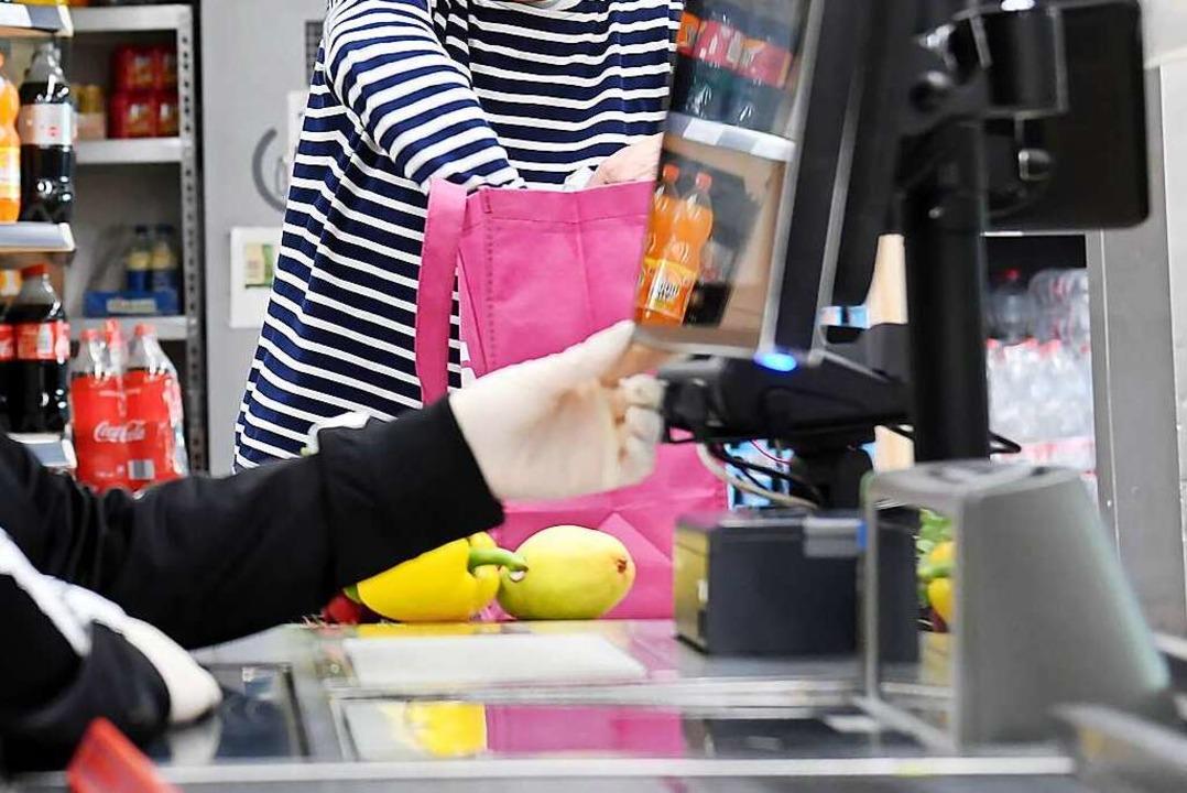 Manchmal begegnet einem das kleine Glück beim Einkaufen an der Kasse.    Foto: Tobias Hase (dpa)