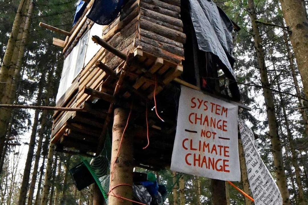 Eines der Baumhäuser, mit denen Aktivisten gegen die Rodung kämpfen.  | Foto: Stefan Jehle