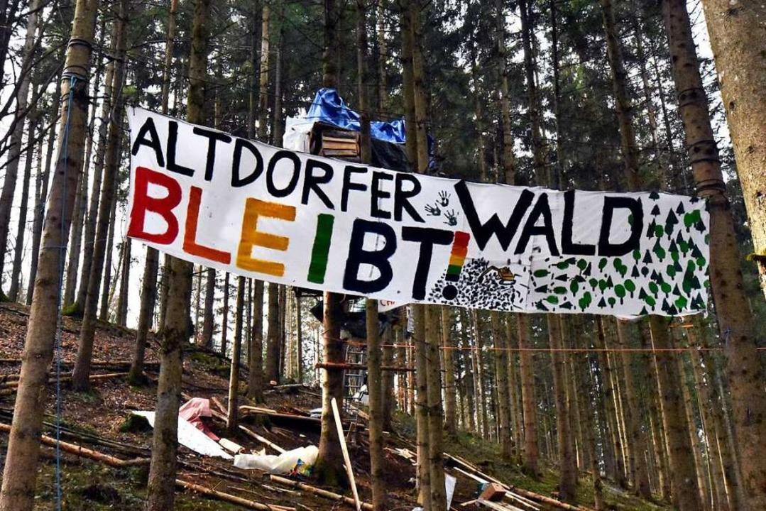 Aktivisten kämpfen gegen die Rodung.  | Foto: Stefan Jehle