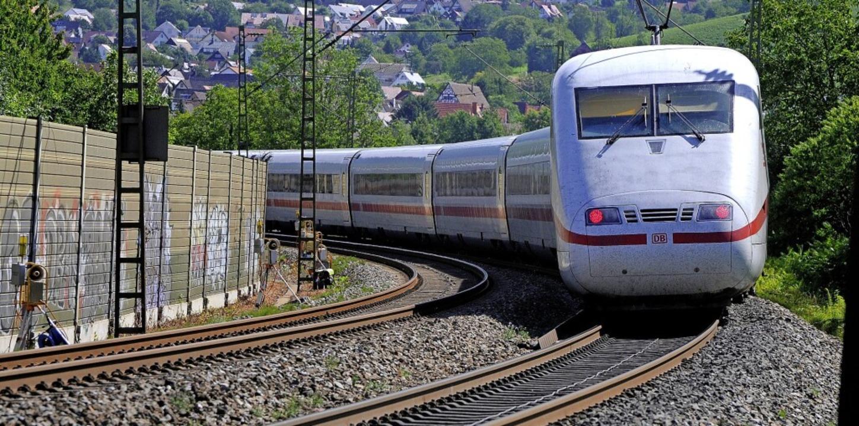 Kurven wie hier bei Schallstadt beeint...üge, ein Tunnel soll Abhilfe schaffen.  | Foto: Siegfried Gollrad