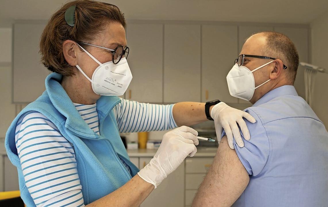 Das möglichst flächendeckende Impfen s...na-Pandemie in den Griff zu bekommen.   | Foto: Nicolas Armer (dpa)