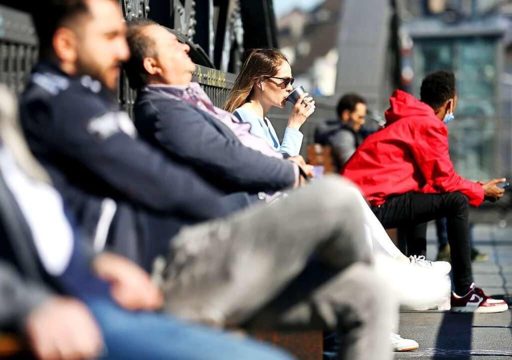 Bei sommerlichen 21 Grad strömen Mensc...11; oder ist es doch nicht so einfach?    Foto: Roland Weihrauch (dpa)