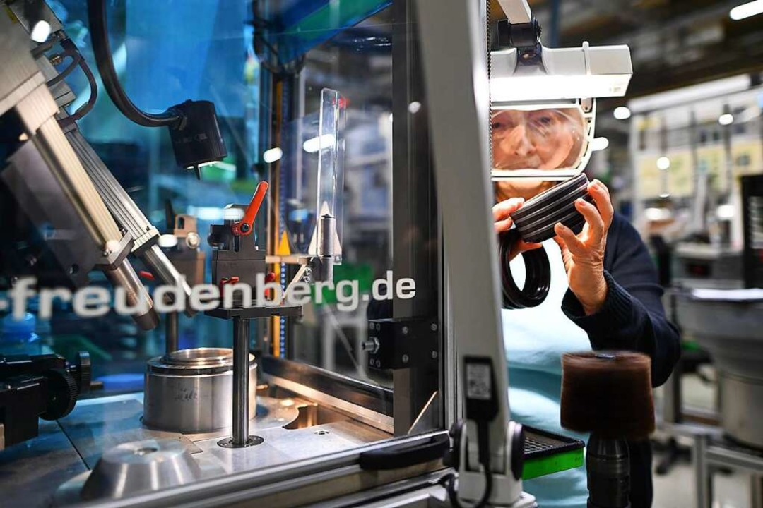 Produktion bei Freudenberg   | Foto: Uwe Anspach (dpa)