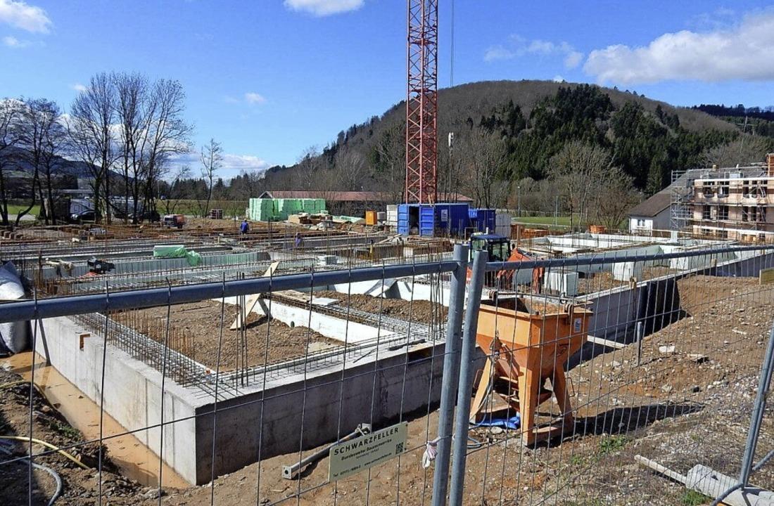Fast alle Gewerke für den Neubau des R...ten Betonwände sind bereits zu sehen.     Foto: Kurt Meier