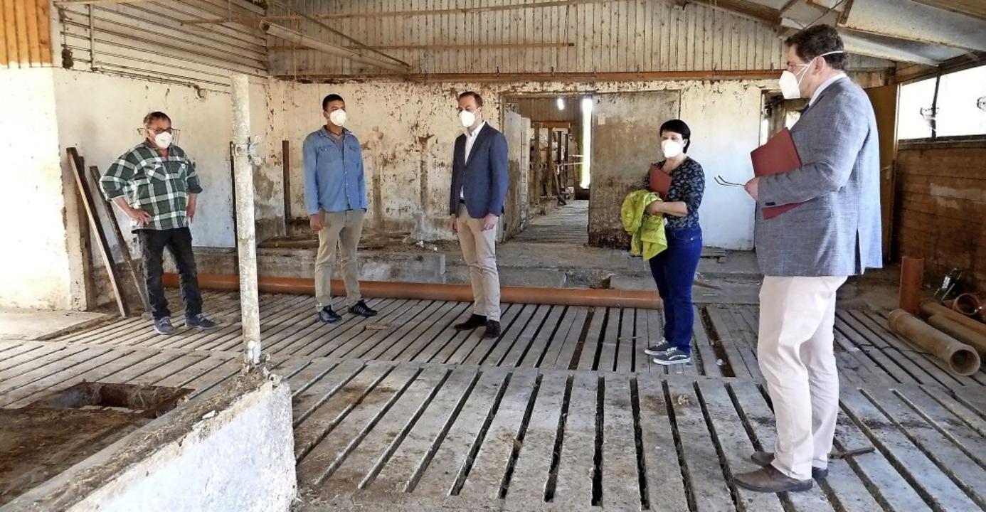 Begehung im alten Stall: Michael und L...ra Kramer, Bürgermeister Tobias Link.   | Foto: Heidrun Simoneit