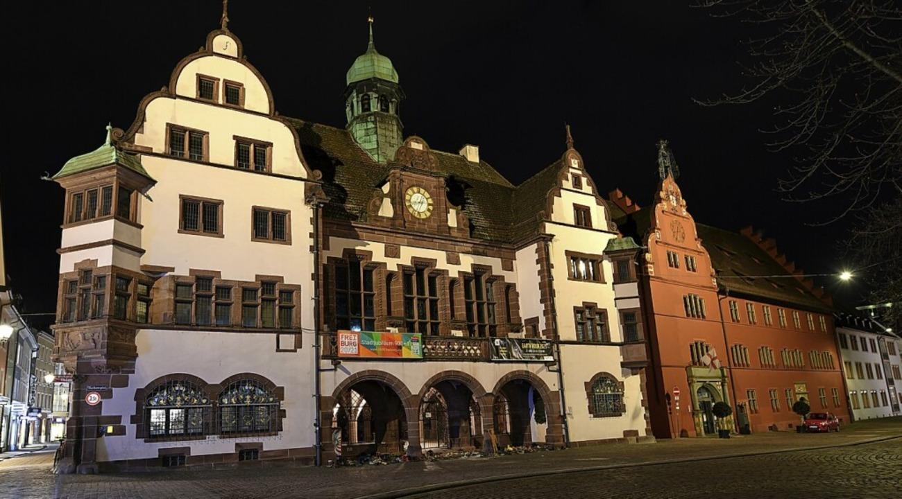 Das Rathaus erstrahlte am Samstag wie ...ellem Licht  – trotz Earth Hour.  | Foto: Rita Eggstein