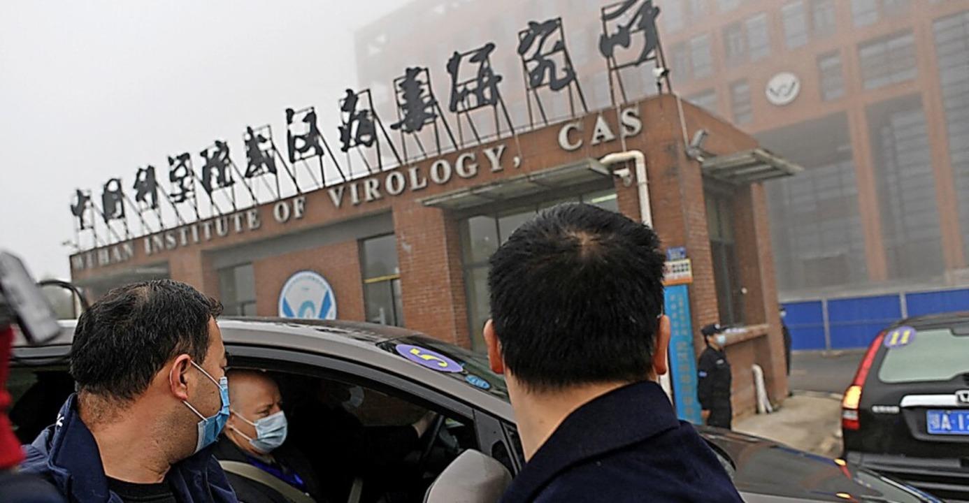 WHO-Mitarbeiter vor einem Virologie-Institut im chinesischen Wuhan  | Foto: HECTOR RETAMAL (AFP)