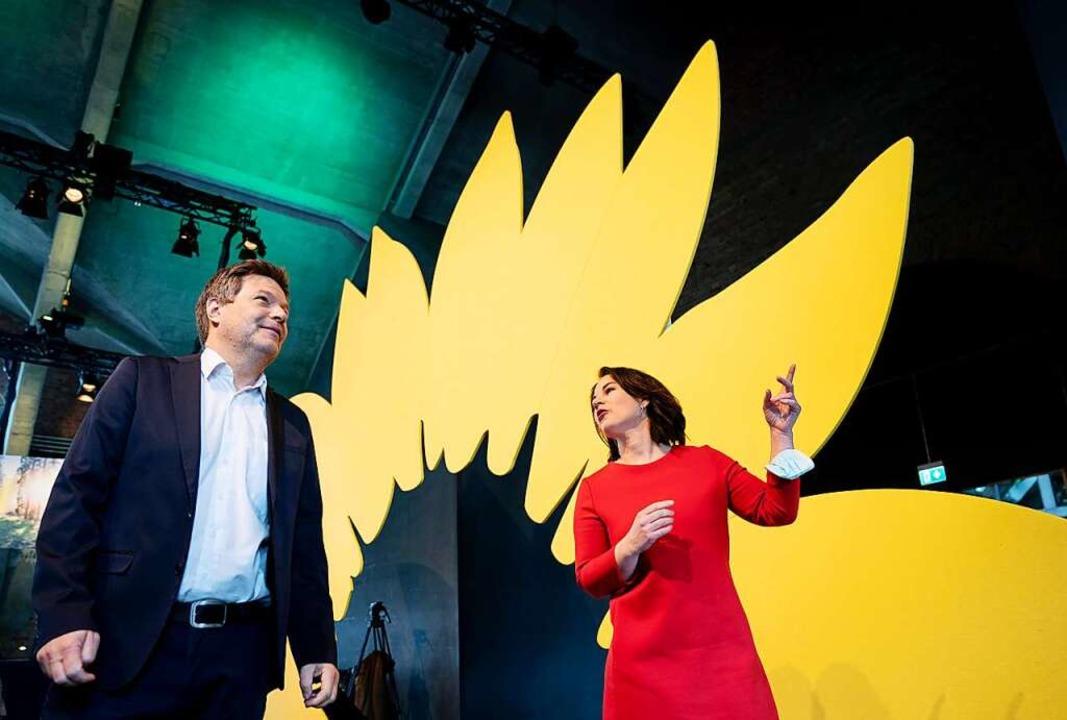 Und wo geht es jetzt lang? Annalena Ba...-Wahlprogramms für die Bundestagswahl.  | Foto: Kay Nietfeld (dpa)