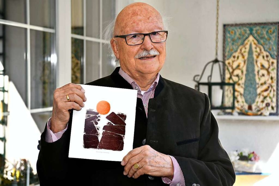 Gerhard Bender mit einer seiner Veröffentlichungen – zum Thema Ostern.    Foto: Thomas Kunz