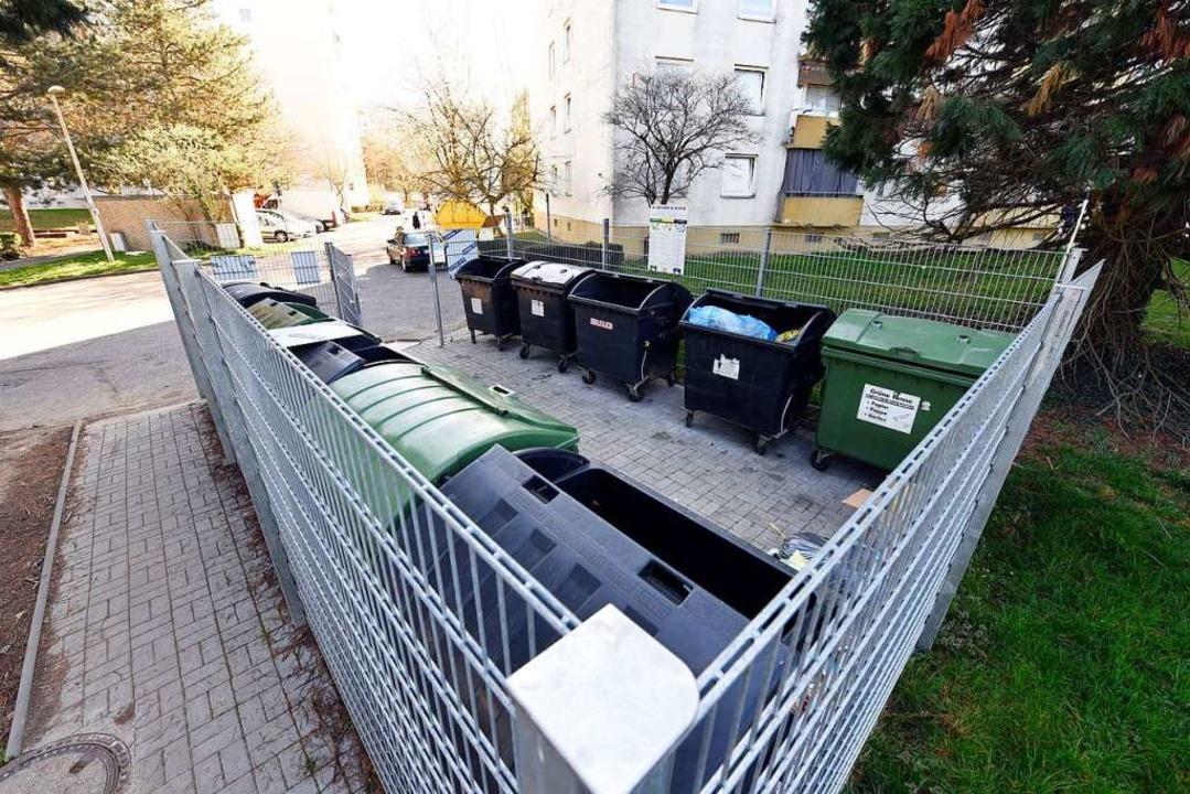 Die Mülltonnen sind eingezäunt, damit ... Müll wild neben ihnen abgeladen wird.  | Foto: Thomas Kunz