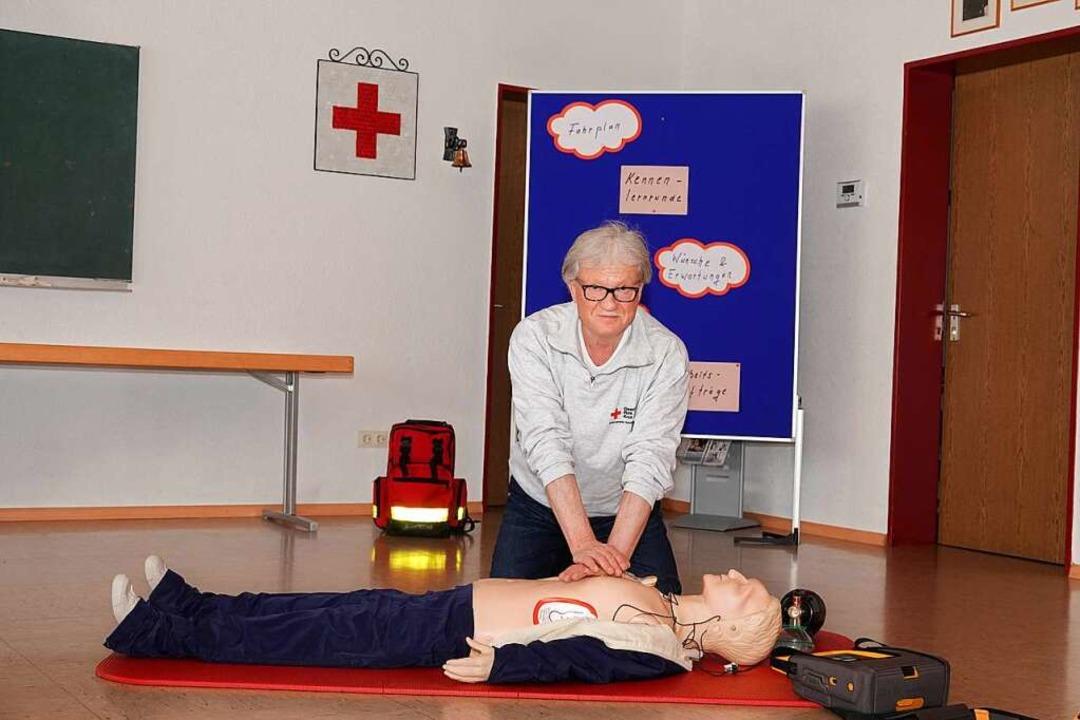 Kurt Armbruster ist auch nach 60 Jahre...och für das Deutsche Rote Kreuz aktiv.    Foto: Dieter Erggelet