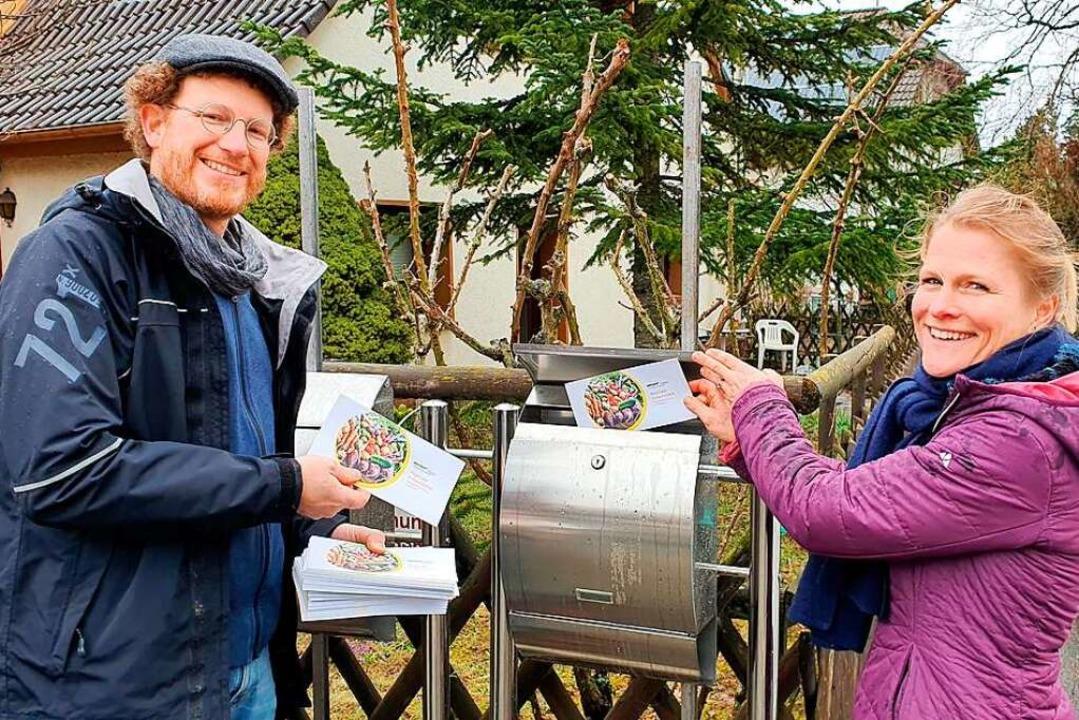 Mark Timothy Schätzle und Julia Hipp v...nalen Einkaufsführers für Schallstadt.    Foto: Julius Wilhelm Steckmeister