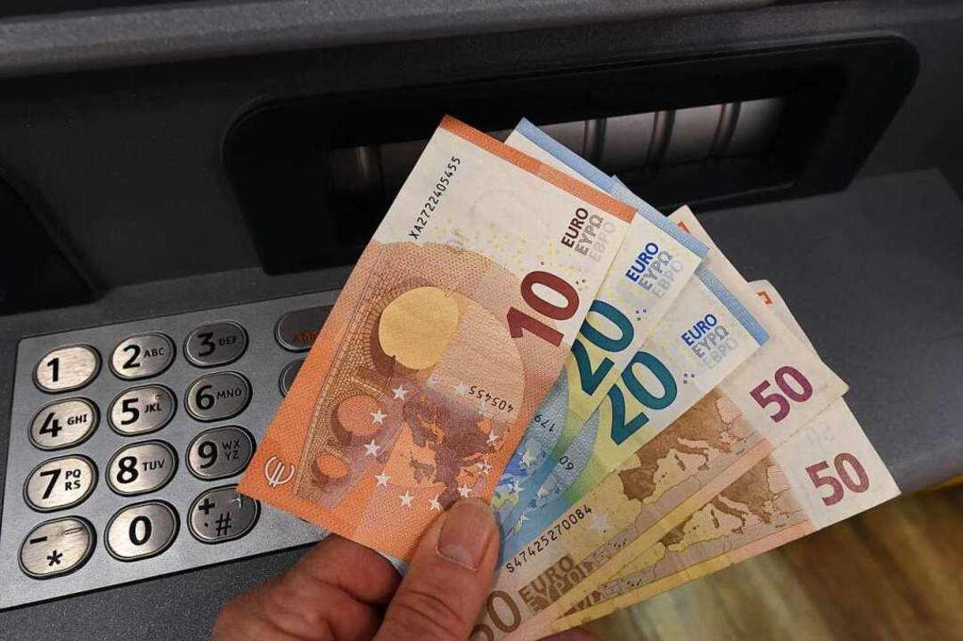 Die unbekannten Täter klauten Bargeld aus dem Geldautomaten (Symbolfoto).  | Foto: Holger Hollemann (dpa)