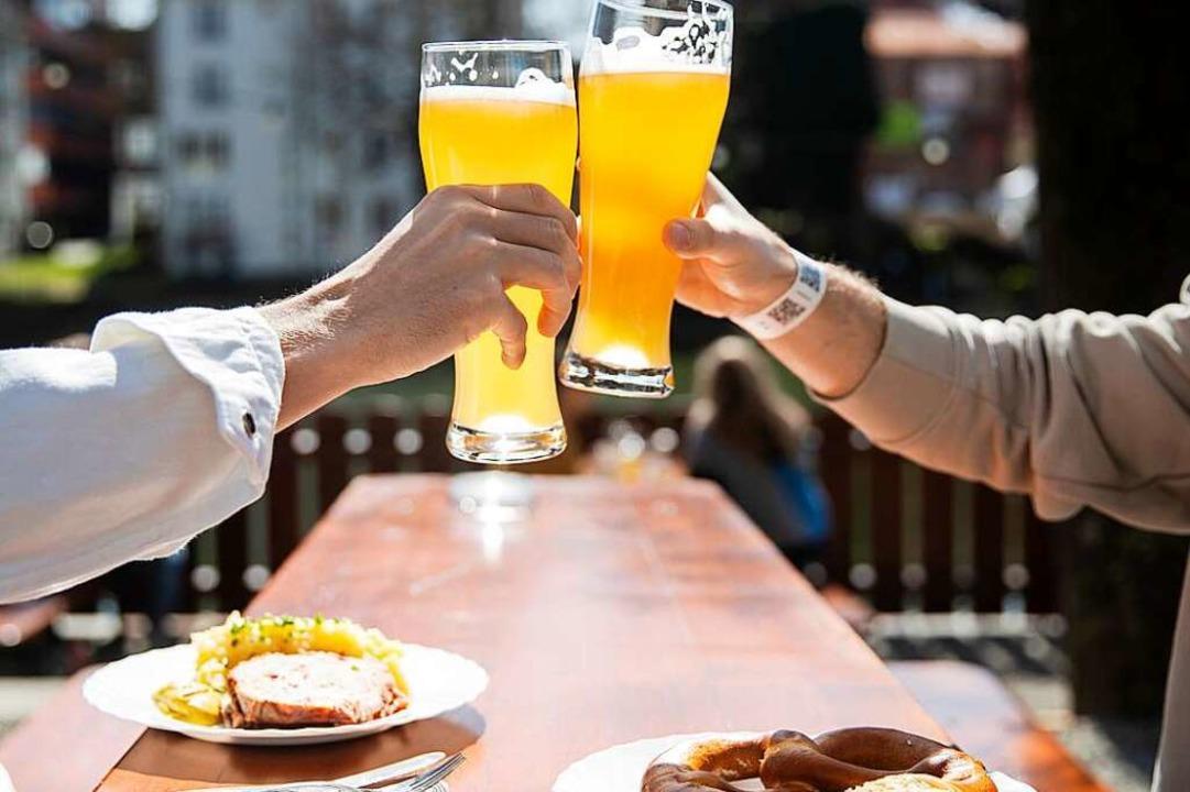 Die Deutschen stoßen gerne mit einem B...atischen Einbruch im Fassbiergeschäft.    Foto: Tom Weller (dpa)
