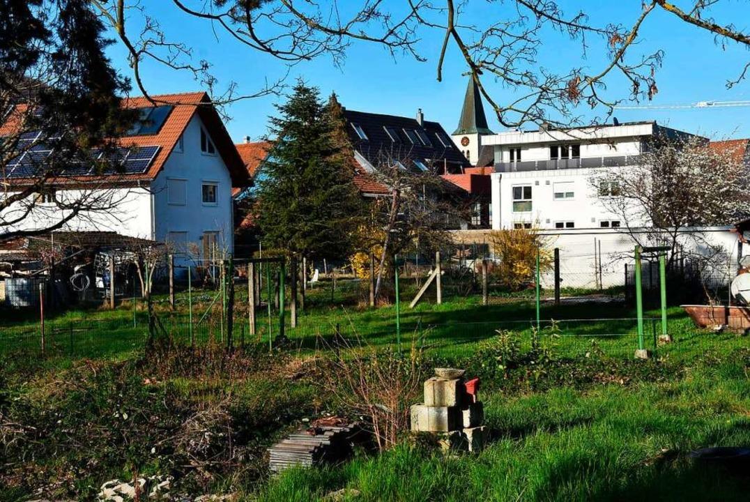 Das Gelände für die Bauvorhaben zwisch...hren sich Anwohner und Ortschaftsräte.    Foto: Heinz und Monika Vollmar