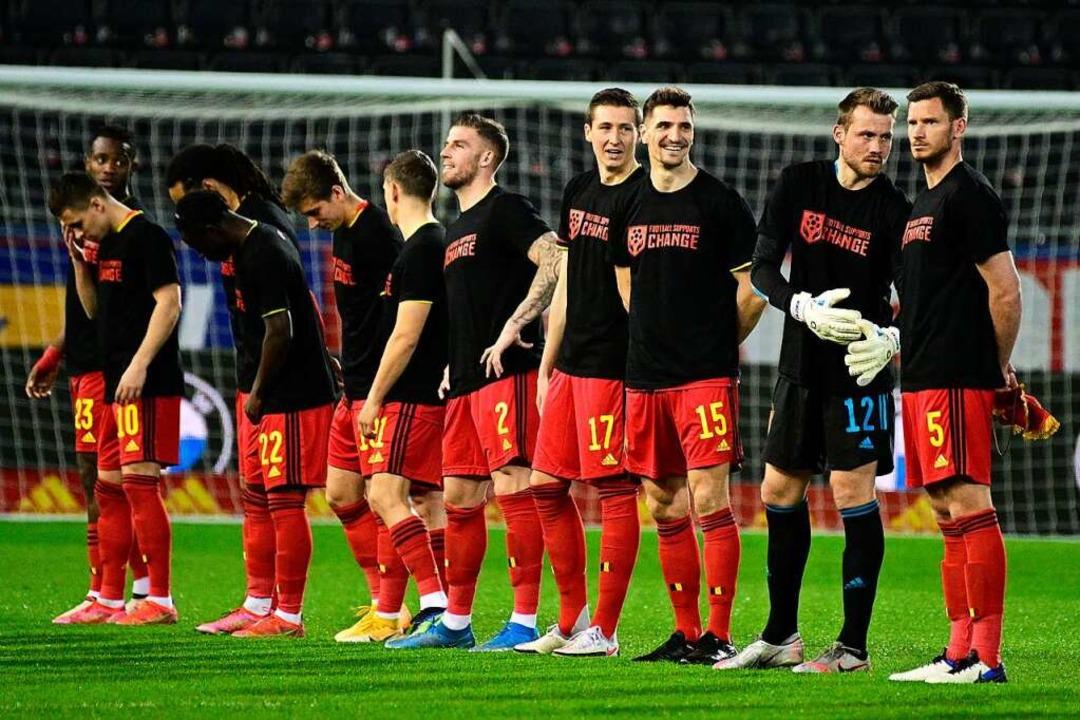 Die Spieler Belgiens stehen vor dem Sp...verbände auf, sich uns anzuschließen.»  | Foto: Yorick Jansens (dpa)