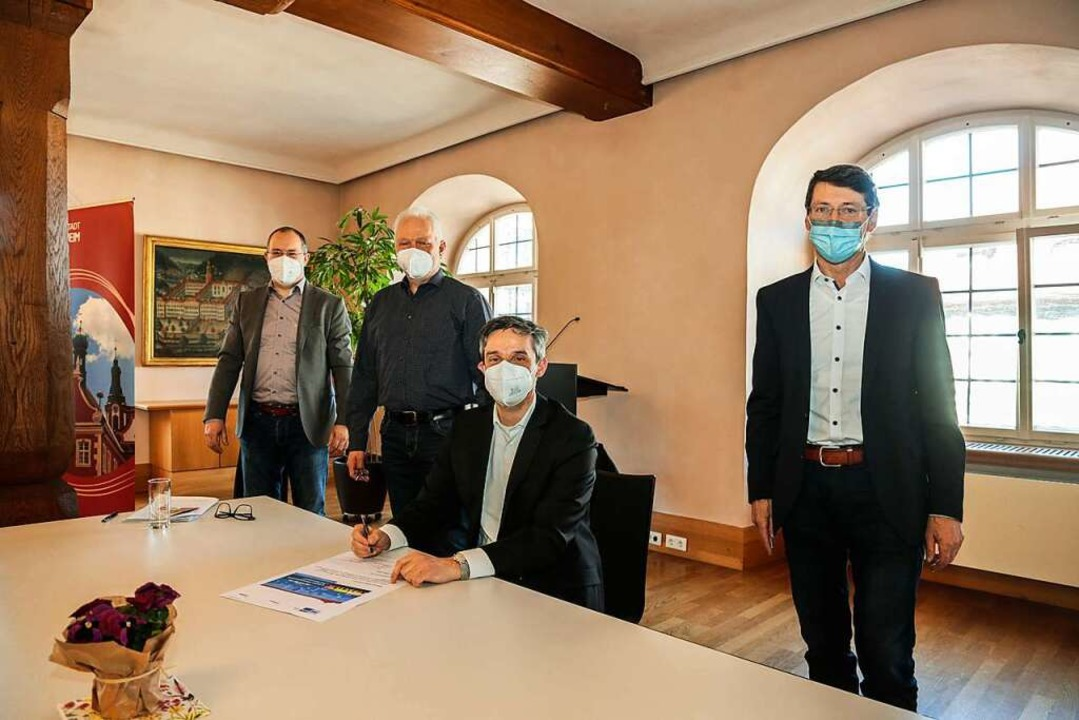 Wirtschaftsförderer Wolfgang Spengler ...ster Bruno Metz bei der Unterzeichnung  | Foto: Sandra Decoux-Kone
