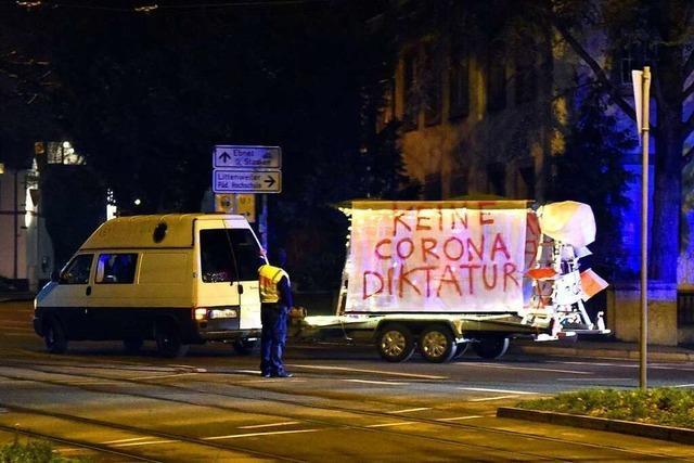 Lautstarker Protest aus dem Autokorso, der von Freiburg in den Kaiserstuhl fährt