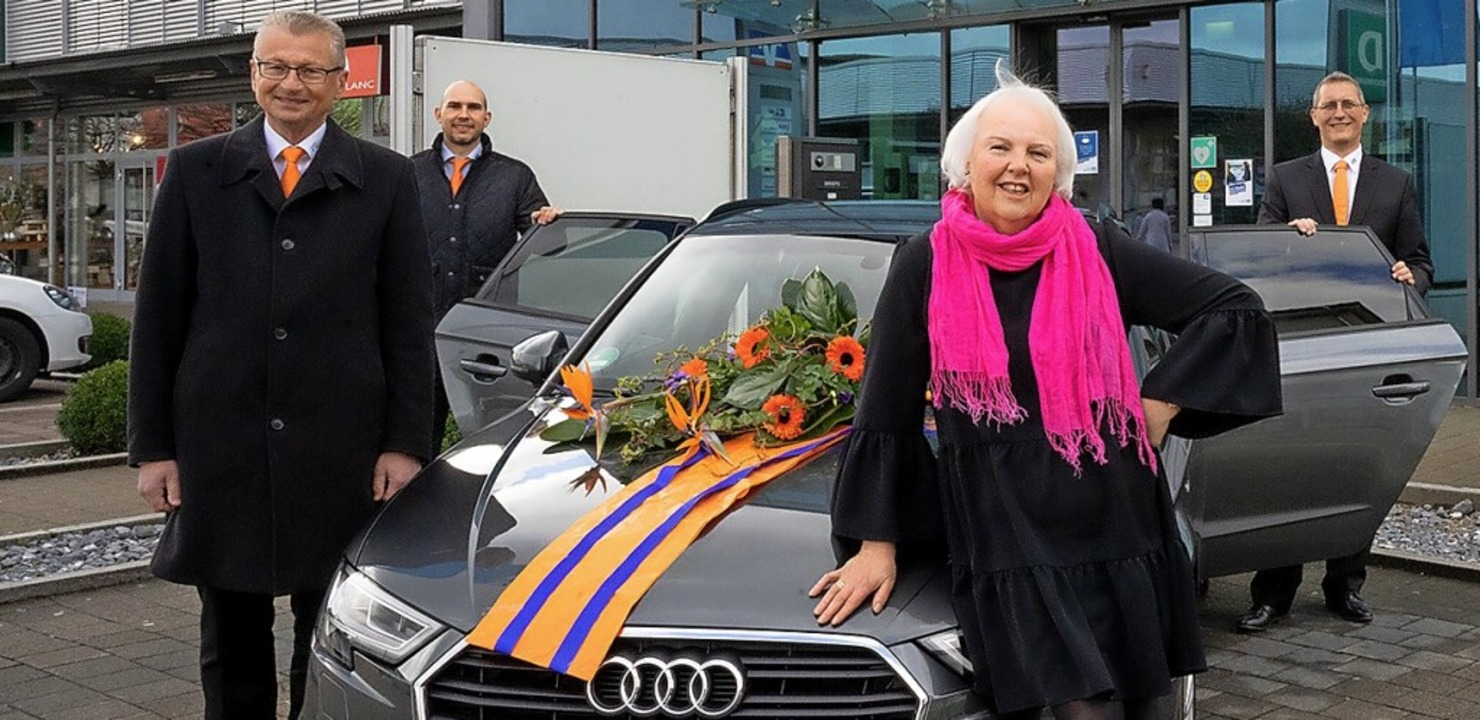 Annette Matt aus Murg freut sich über ... Erhart  sowie Michael Erne (rechts).   | Foto: Volksbank Rhein-Wehra