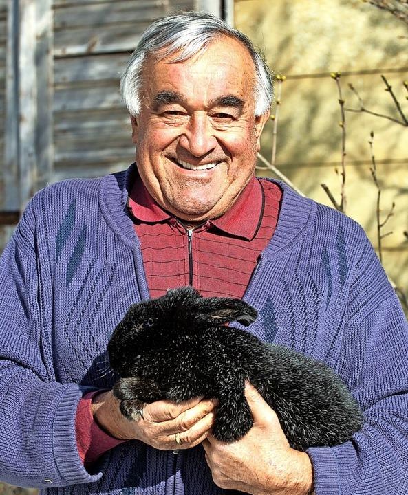 Rolf Maier, Vorsitzender des Kleintier...chwarz –  so der Name der Rasse.    Foto: Wolfgang Scheu