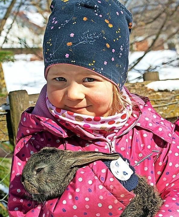 Strahlende Kinderaugen und viel Freude...Langohr-Exemplar ins Herz geschlossen.    Foto: Wolfgang Scheu