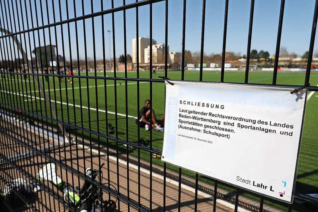 Die Verbotsschilder  im Lahrer Bürgerpark werden häufig ignoriert.  | Foto: Christoph Breithaupt