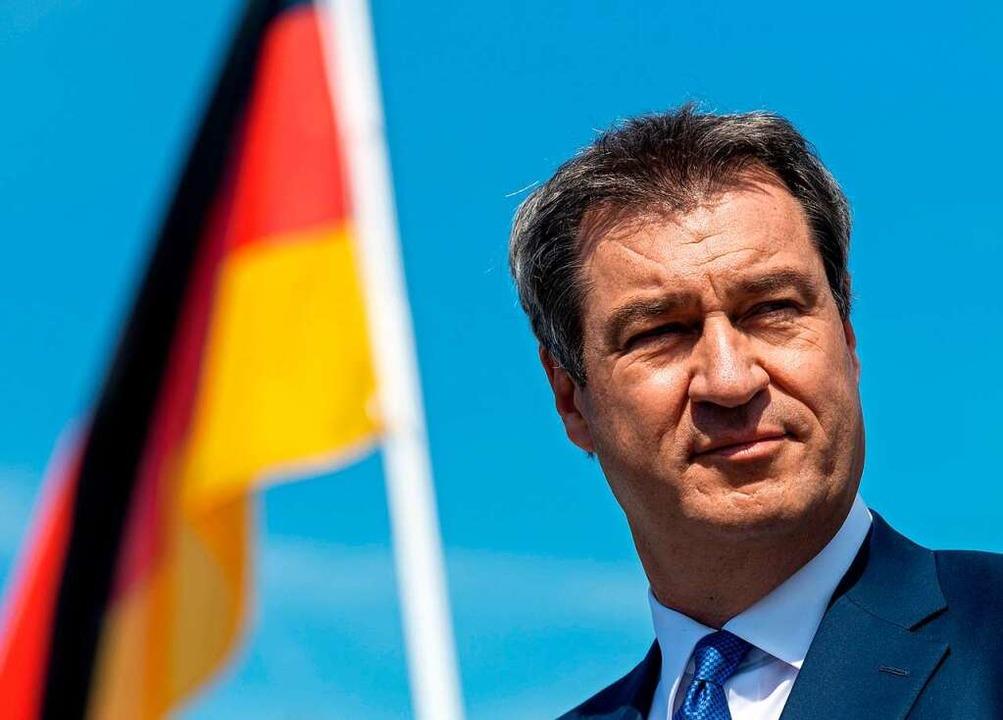 Söder unter der Bundesflagge: Ein Archivbild aus dem Sommer 2020.  | Foto: PETER KNEFFEL (AFP)