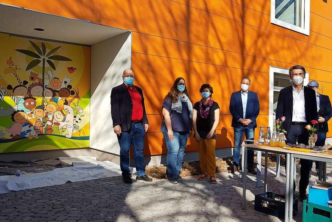 Karl-Heinz Rudishauser, Geschäftsführe...links) vor der neuen Kita am Oberfeld.  | Foto: Gerald Nill