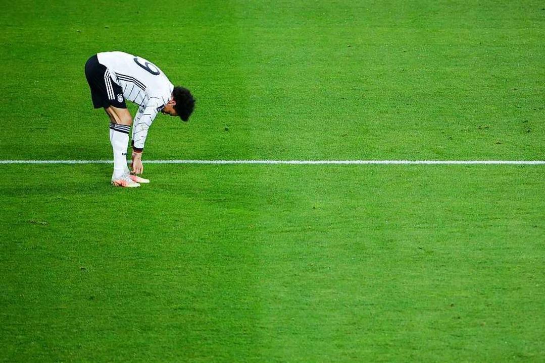 Leroy Sane schnürt seinen Schuh nach dem Spiel.  | Foto: Thilo Schmuelgen (dpa)